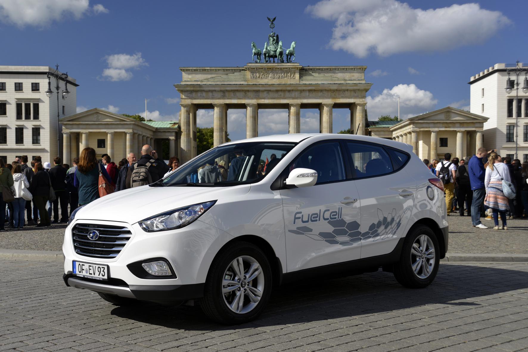 mid Düsseldorf - Mit der Brennstoffzelle auf großer Fahrt: Auf fast 2.400 Kilometern emittierte der serienmäßige Hyundai ix35 Fuel Cell keine Schadstoffe, sondern nur Wasserdampf.