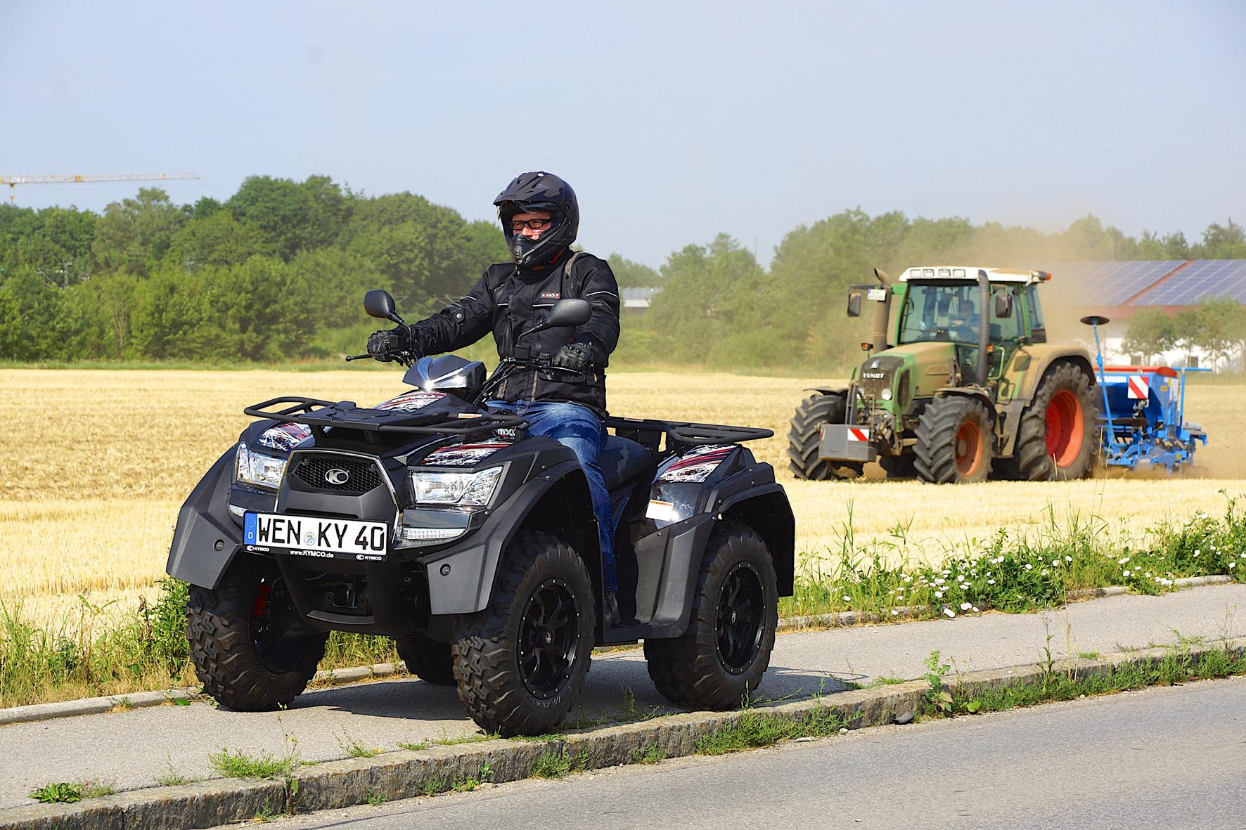 mid Weiden - Duell der Generation: Das Quad ATV des taiwanesischen Herstellers Kymco hängt den Traktor locker ab.