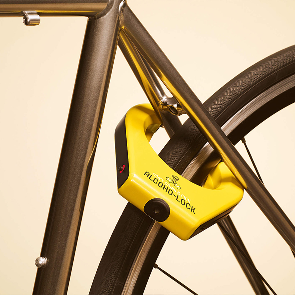 mid Düsseldorf - Das intelligente Fahrradschloss Alcoho-Lock öffnet sich nur dann, wenn der Radler zuvor mit einer Atemprobe seine Fahrtauglichkeit nachweist.