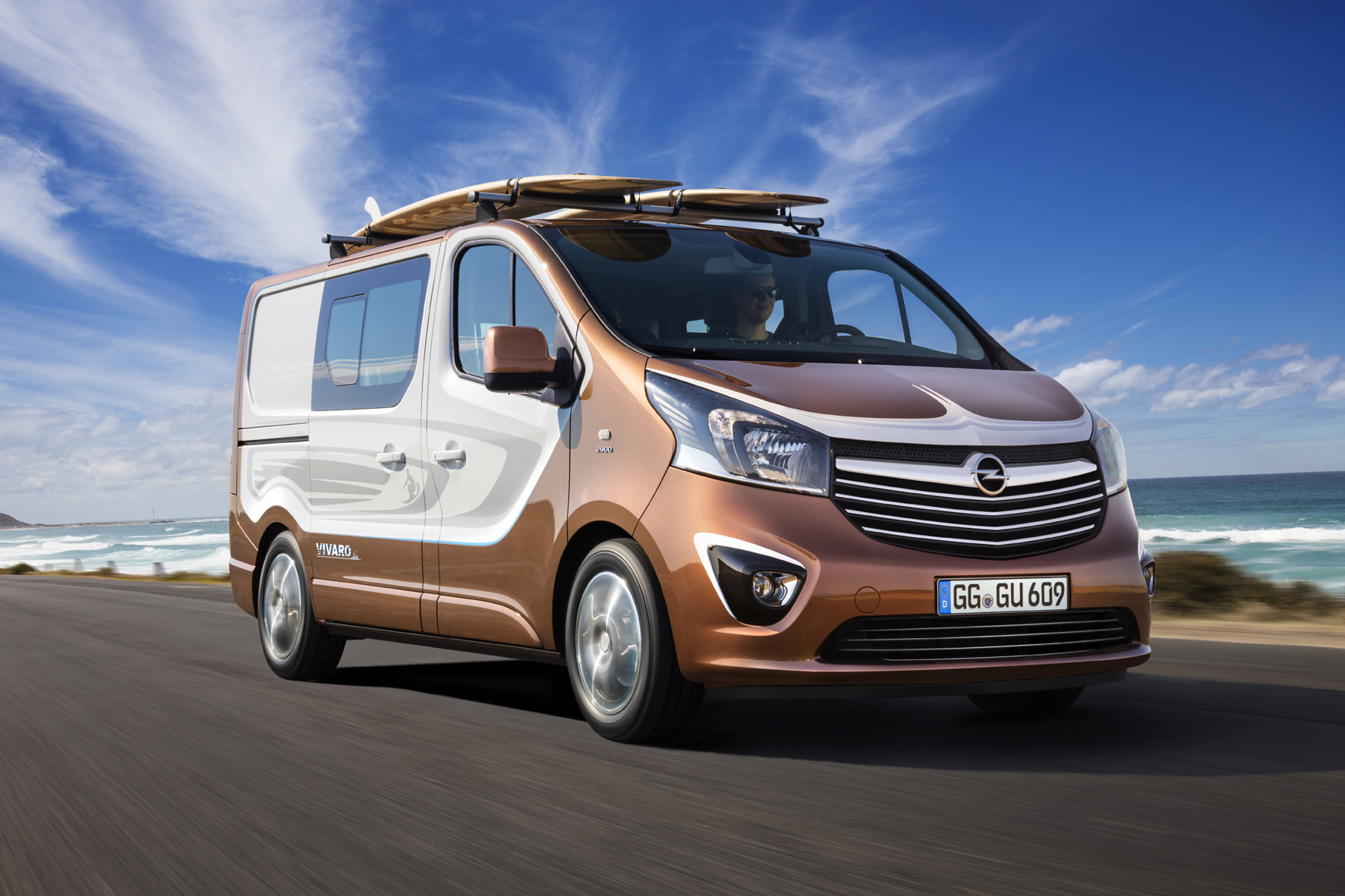 mid Düsseldorf - Schickes Freizeit-Mobil mit Zweifarb-Lackierung: das Opel Vivaro Surf Concept.