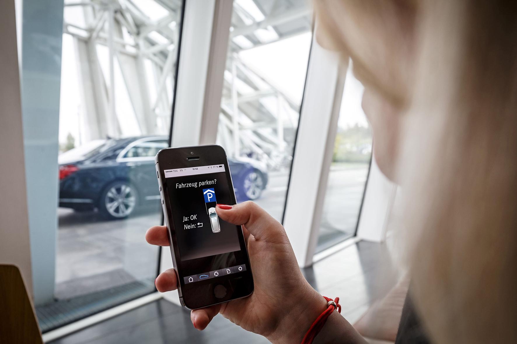 mid Düsseldorf - Hand in Hand: Smartphone App und Parkplatz-Sensoren sind miteinander vernetzt.