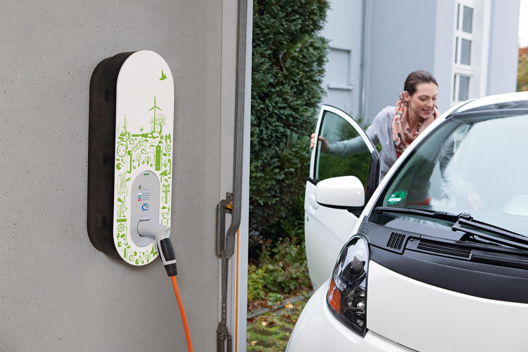 """mid Düsseldorf - Aufgeladen: Für elektrisch mobile Privatkunden gibt es von RWE jetzt die """"eBox"""". Diese Ladebox für die eigene Einfahrt oder Garage versorgt das E-Auto immer dann mit Strom, wenn es zu Hause parkt."""