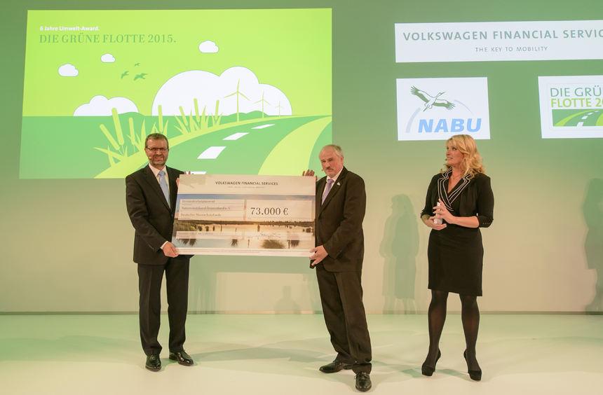 mid Frankfurt am Main - Symbolische Scheckübergabe: 73.000 Euro überreicht Gerhard Künne (links) an ...