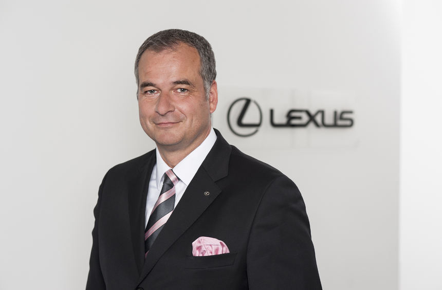 mid Frankfurt am Main - Lexus-Manager Ferry M. Franz hat Grund zur Freude über steigen ...