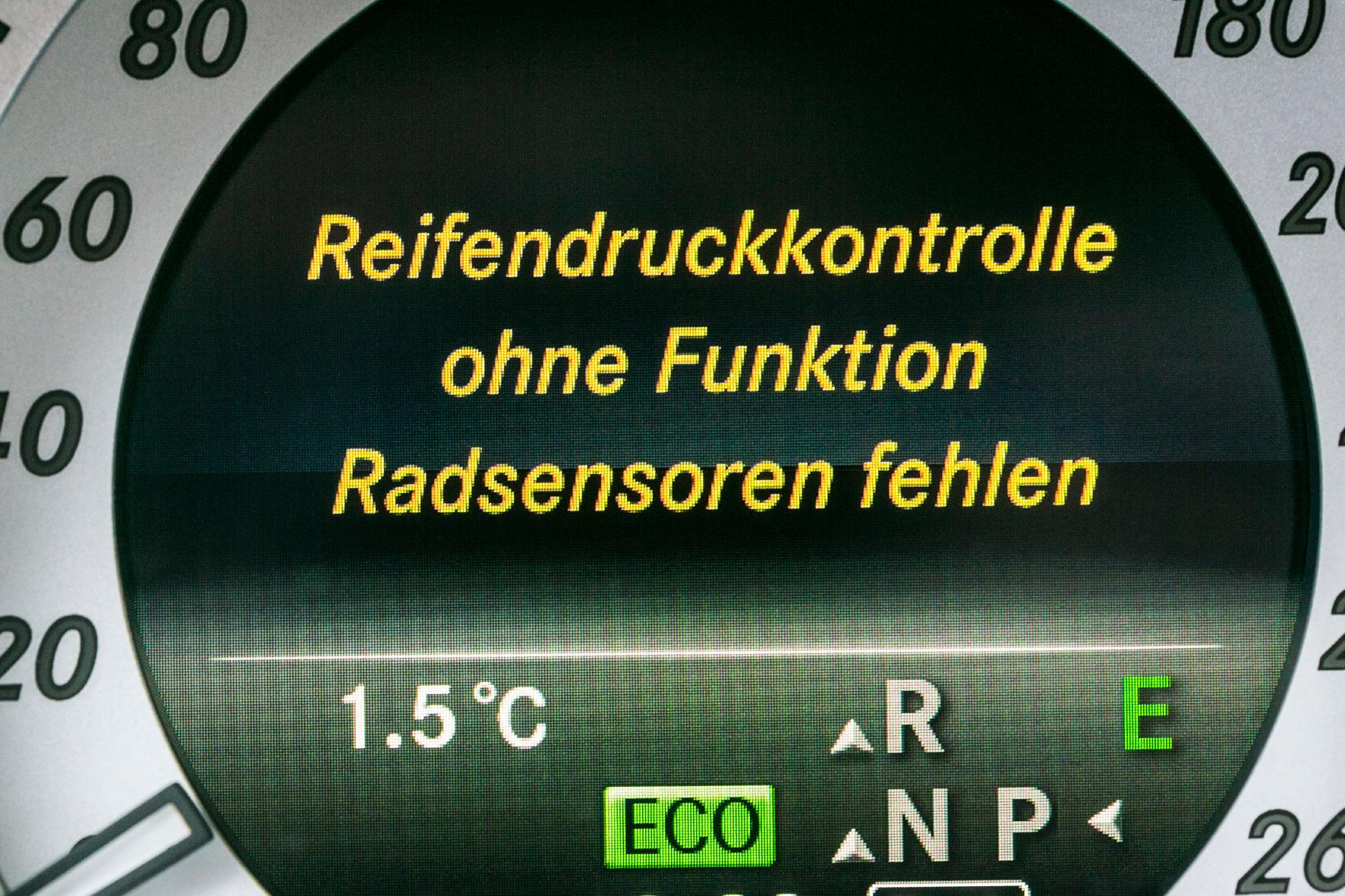 mid Düsseldorf - Bei dieser Meldung sollten bei Autofahrern alle Alarmglocken ertönen. Wer mit nicht funktionstüchtiger Reifendruck-Kontrolle fährt, riskiert nicht nur ein Bußgeld, sondern auch, dass andere Sicherheitssysteme nicht korrekt funktionieren.