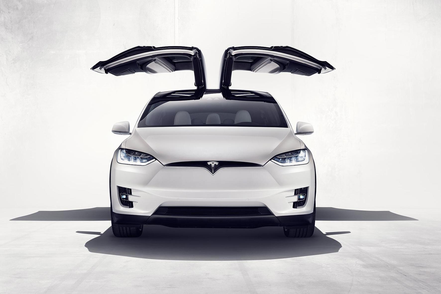 """mid Fremont/USA - Mit reichlich Verspätung hat Tesla jetzt sein drittes Modell """"Model X"""" vorgestellt."""