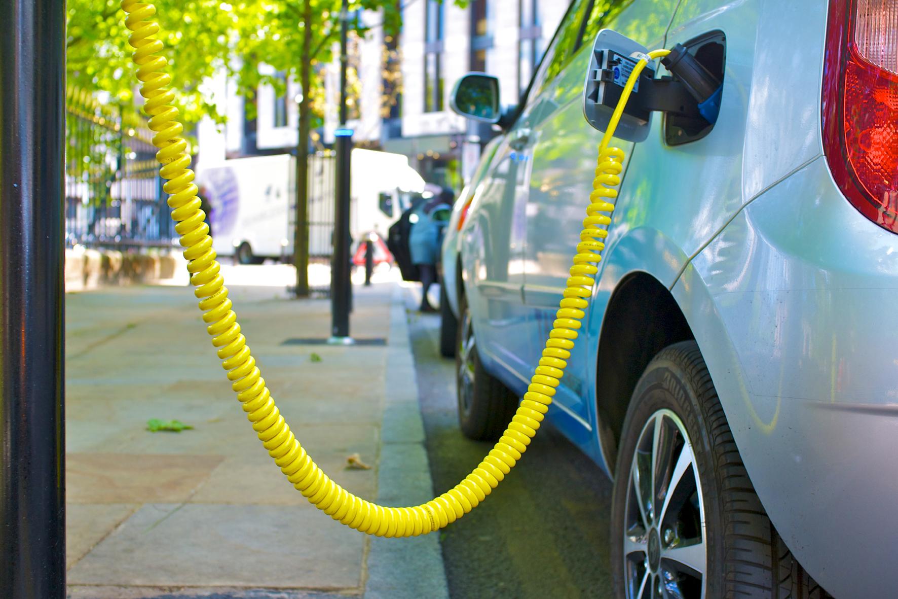 mid Düsseldorf - Voll im Saft: Ein neuartiges Material soll jetzt die Leistungsfähigkeit von Lithium-Ionen-Batterien für E-Autos um bis zu 40 Prozent erhöhen.
