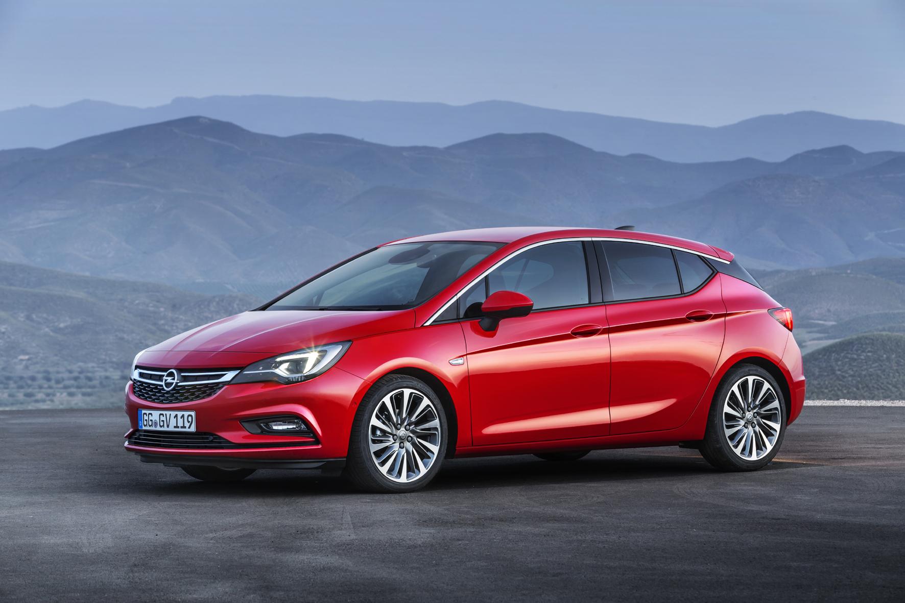 mid Düsseldorf - Ab 10. Oktober 2015 können sich die deutschen Autokäufer bei den Händlern persönlich ein Bild vom neuen Opel Astra machen.