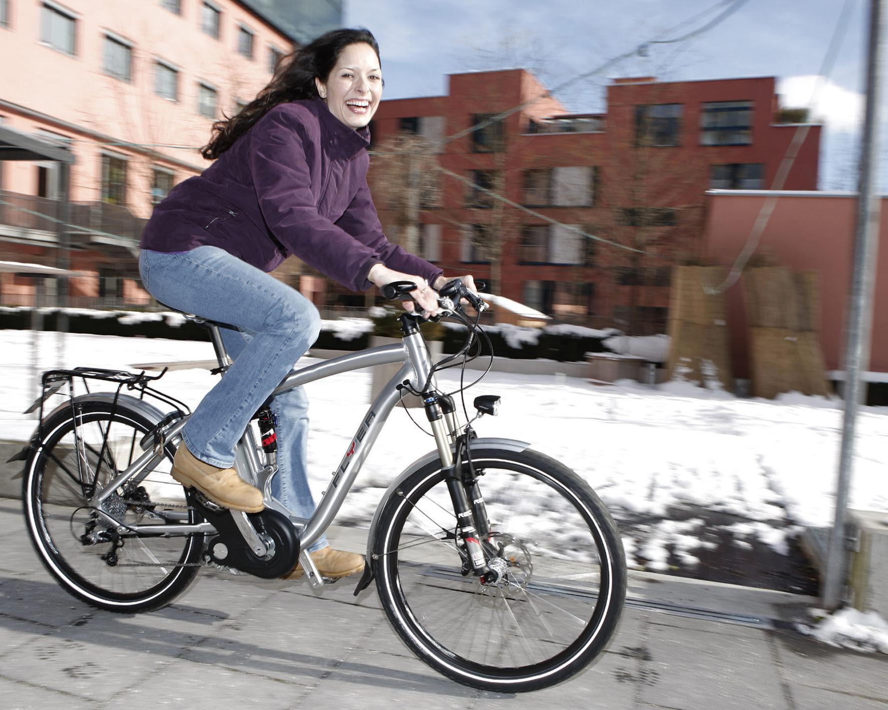 mid Düsseldorf - Hübsches Lächeln, aber die falsche Kleidung: Nur fünf Prozent der Radfahrer in Deutschland tragen im Winter eine Warnweste oder reflektierende Kleidung. Gerade, wenn die Tage kürzer werden, kann das Leben retten.
