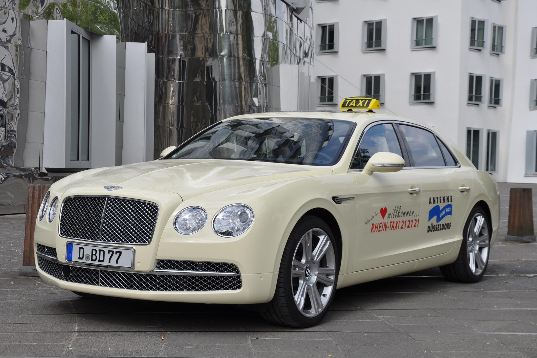 mid Düsseldorf - Fahrgäste haben stets das Recht, am Taxistand ein Fahrzeug ihrer Wahl auszusuchen und den Kompakt-Van auf Platz 1 in der Schlange zu ignorieren. So luxuriöse Gefährte wie dieser Bentley finden sich dort aber äußerst selten.