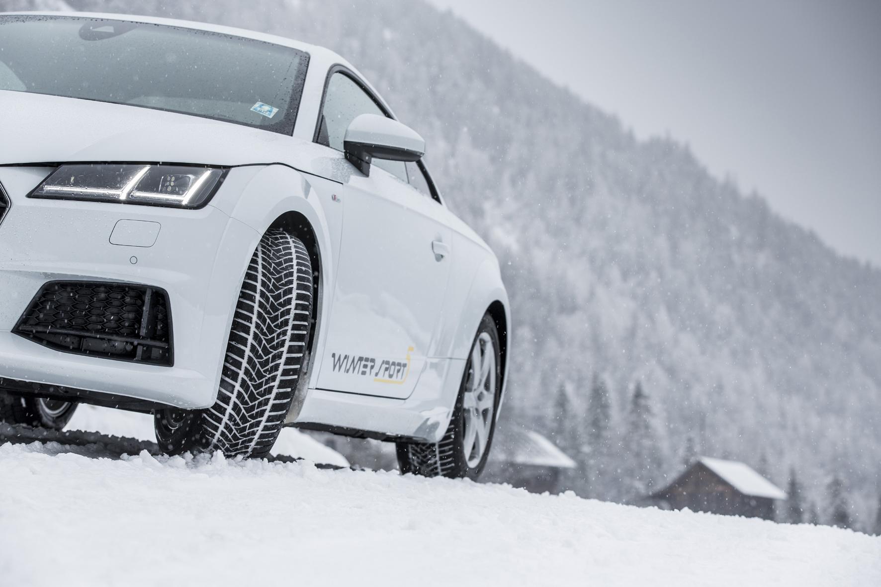 mid Düsseldorf - Eine Mischung aus 3D-Lamellen im oberen Bereich sowie 2D-Lamellen darunter sorgt beim Profil des Goodyear UltraGrip Performance und des Dunlop Winter Sport 5 gleichzeitig für Stabilität und Flexibilität - je nach Fahrsituation.