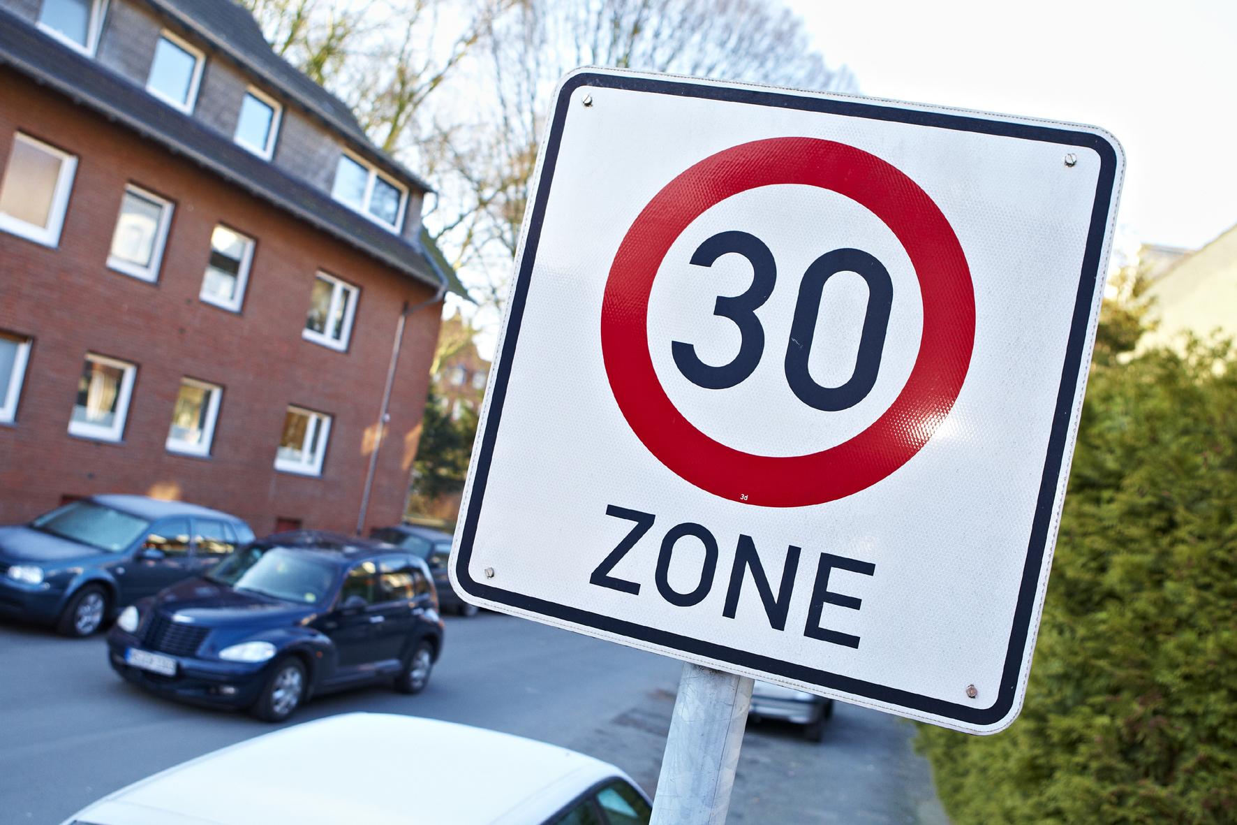 mid Düsseldorf - Die Verkehrsminister der Länder haben beschlossen, dass künftig vor Schulen und Kindertagesstätten Tempo-30-Zonen die Regel sein sollen.