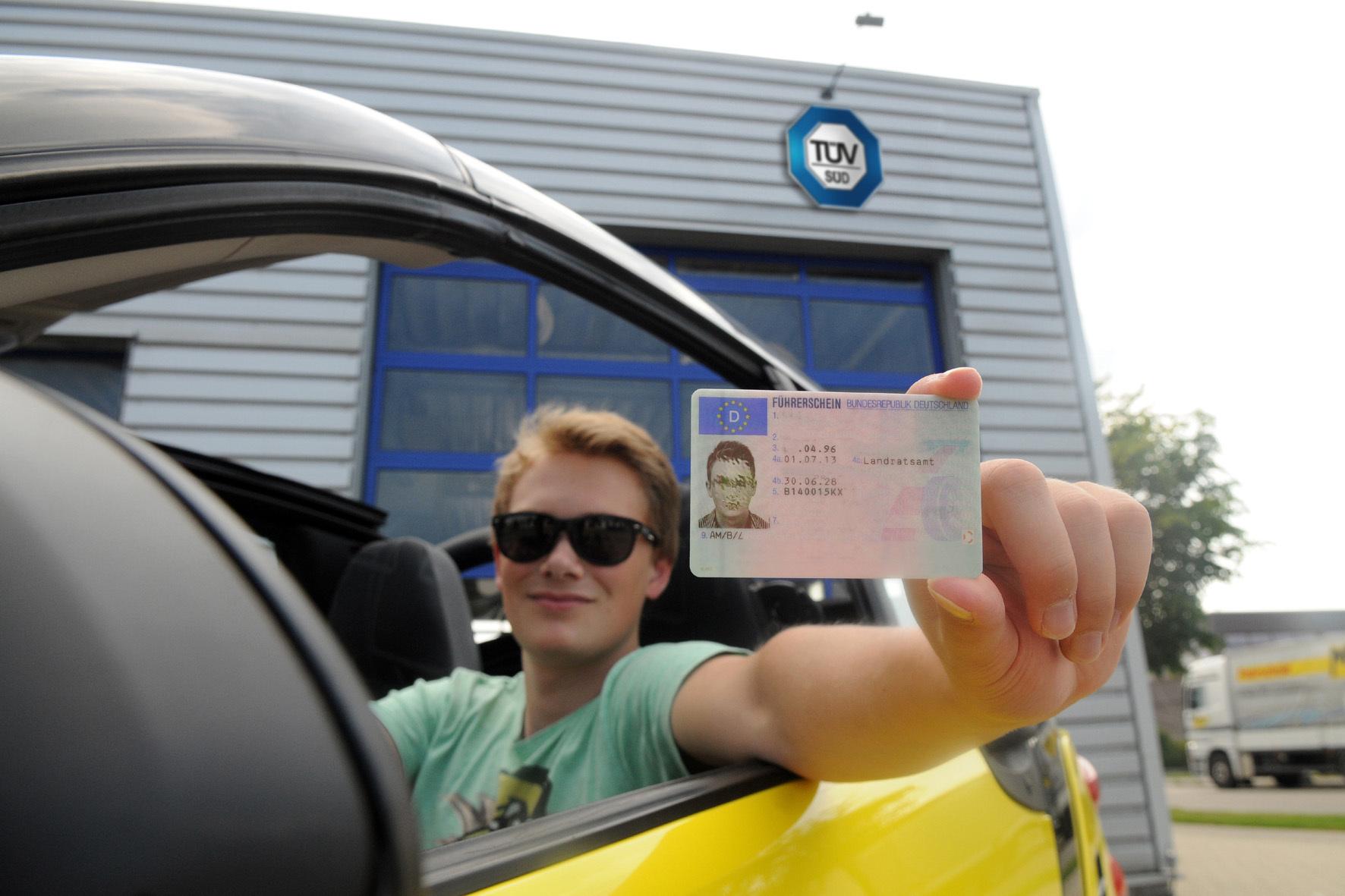 mid Düsseldorf - Die große Freiheit: Mit dem Führerschein-Erwerb ändert sich die eigene Mobilität für junge Menschen dramatisch. Wegen der neuen Risiken ist es dann auch Zeit für einen Versicherungs-Check.