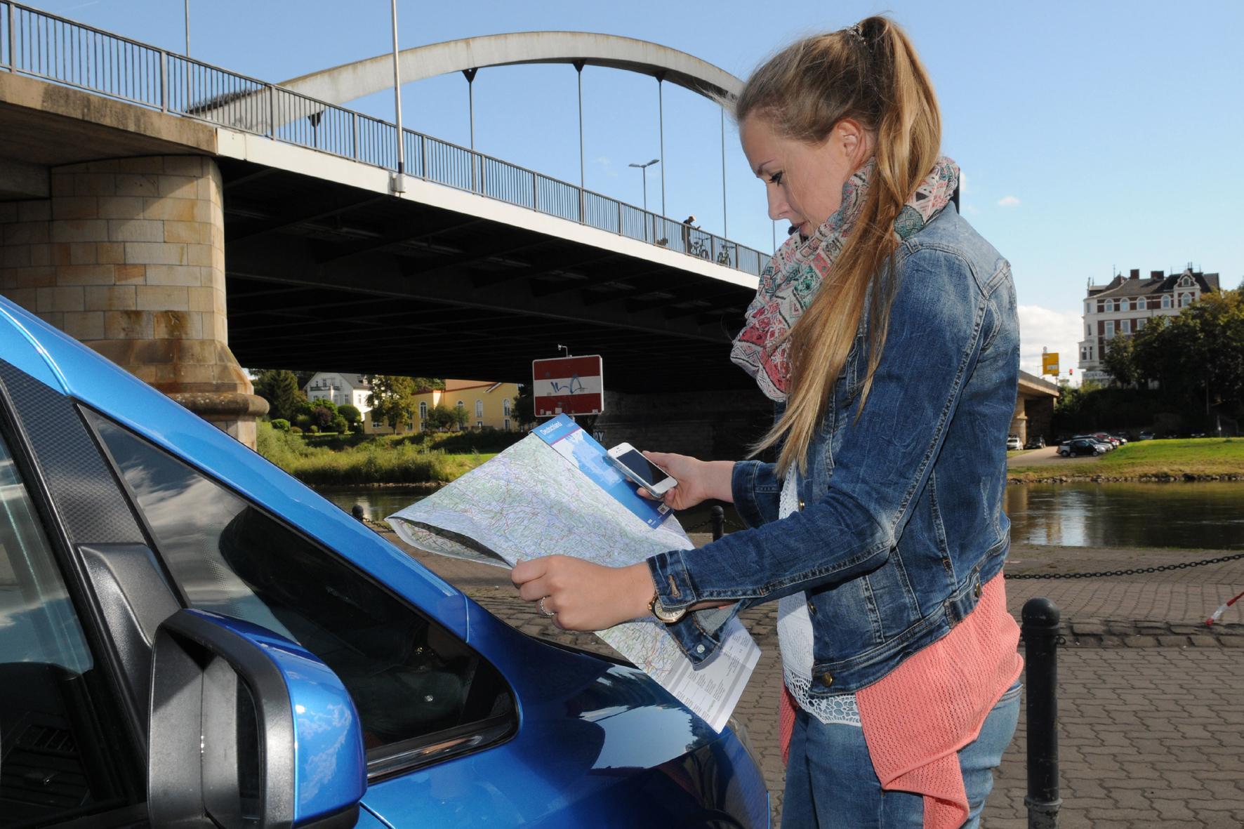 mid Düsseldorf - Die deutschen Autofahrer setzen wieder mehr auf gedruckte Straßenkarten. Ein Grund: Sie eignen sich besser als Navis als Planungshilfe für längere Fahrten.