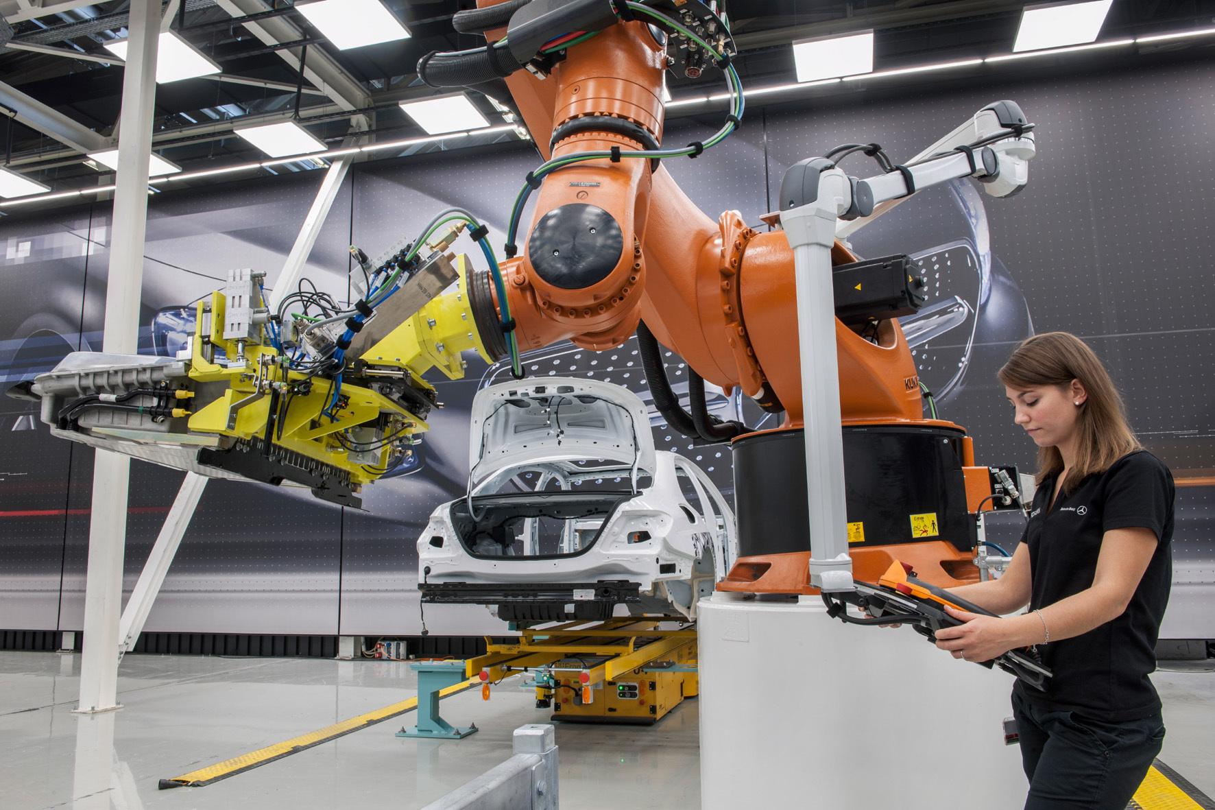 mid Stuttgart - Der Blick in die Zukunft des Autobaus: Durch die Mensch-Roboter-Kooperation und den Einsatz eines fahrerlosen Transport-Fahrzeugs soll die Montage flexibler werden.