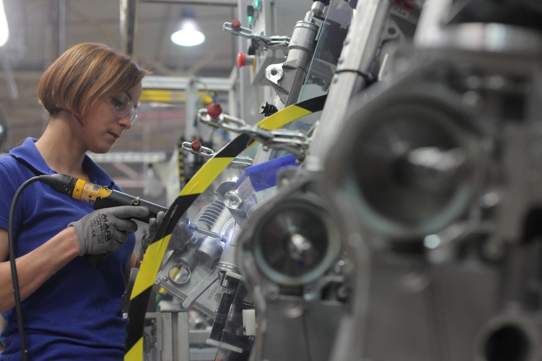 mid Tychy/Polen - Die Schraube sitzt: Nexteer Automotive beliefert global mehr als 50 Fahrzeug-Hersteller mit Lenkungs- und Antriebssystemen.