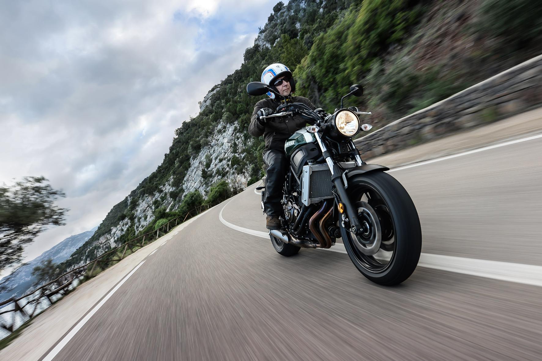 mid Sardinien - Die neue Yamaha XSR 750 verbindet Retro-Elemente und moderne Stilmittel.