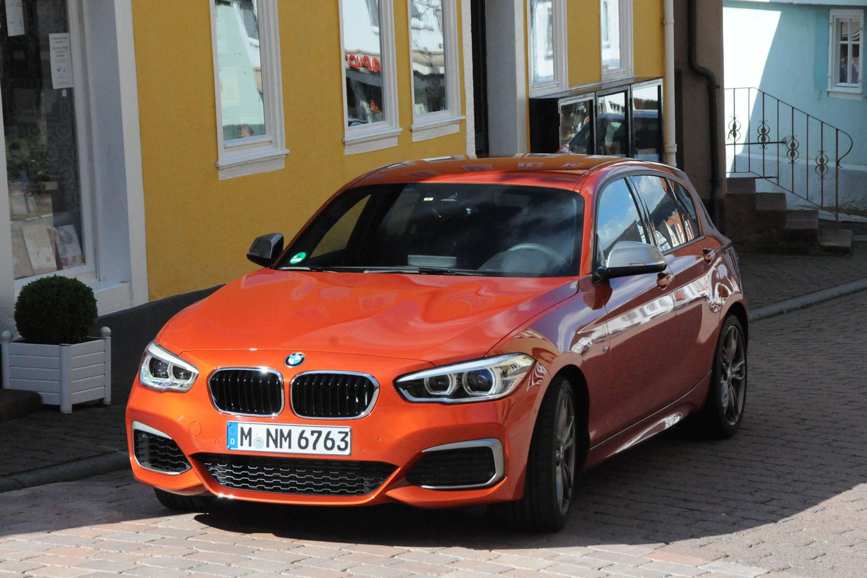 mid Düsseldorf - Kompakter mit fahrdynamischem Alleinstellungsmerkmal: Der BMW 1er mit Heckantrieb ist in der Kompaktklasse eine Ausnahme-Erscheinung. Besonders im Top-Modell M135i beschert diese Konfiguration reichlich Freude am Fahren.