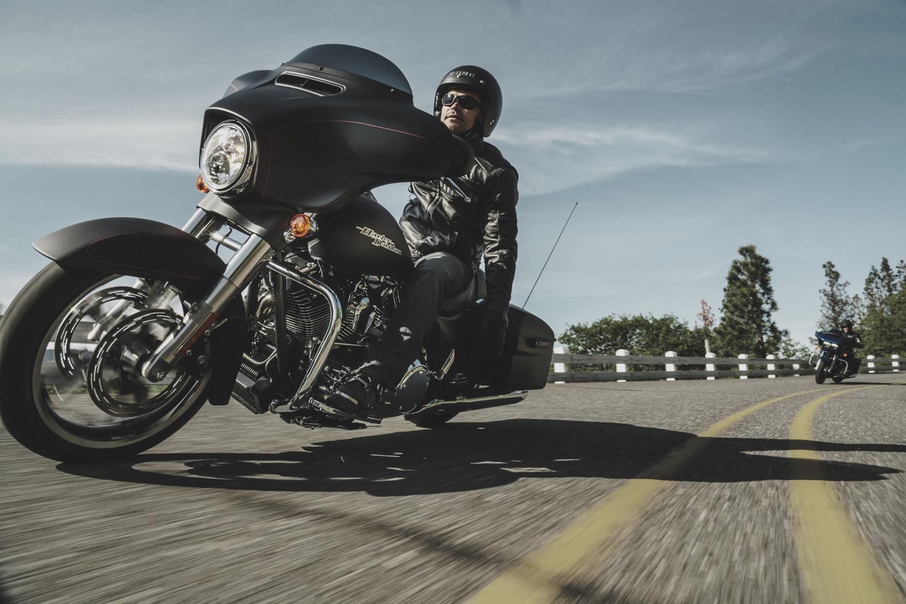 mid München - Gestripptes puristisches Flacheisen mit niedrigem Heck: Die Harley-Davidson Street Glide Special ist ein typischer Bagger.