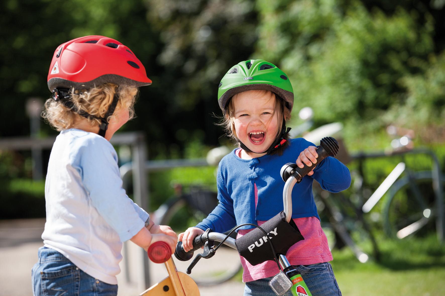 mid Düsseldorf - Bei der Wahl des richtigen Fahrrads für den Nachwuchs sollten Eltern darauf achten, dass das Rad die Norm EN ISO 8098 erfüllt und keine scharfen Ecken und Kanten hat. Dann hat das Kind lange Freude daran.
