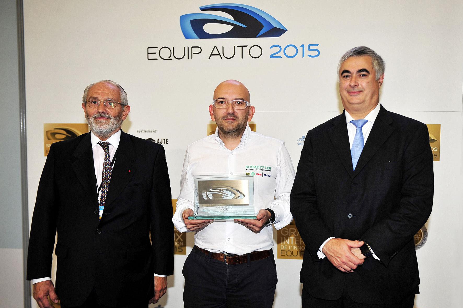 """mid Düsseldorf - Technik-""""Oscar"""": Schaeffler-Manager Guillaume Donet (Mitte) freut sich über die Auszeichnung für das neu entwickelte Hochvolt-P2-Hybridmodul des Autozulieferers."""