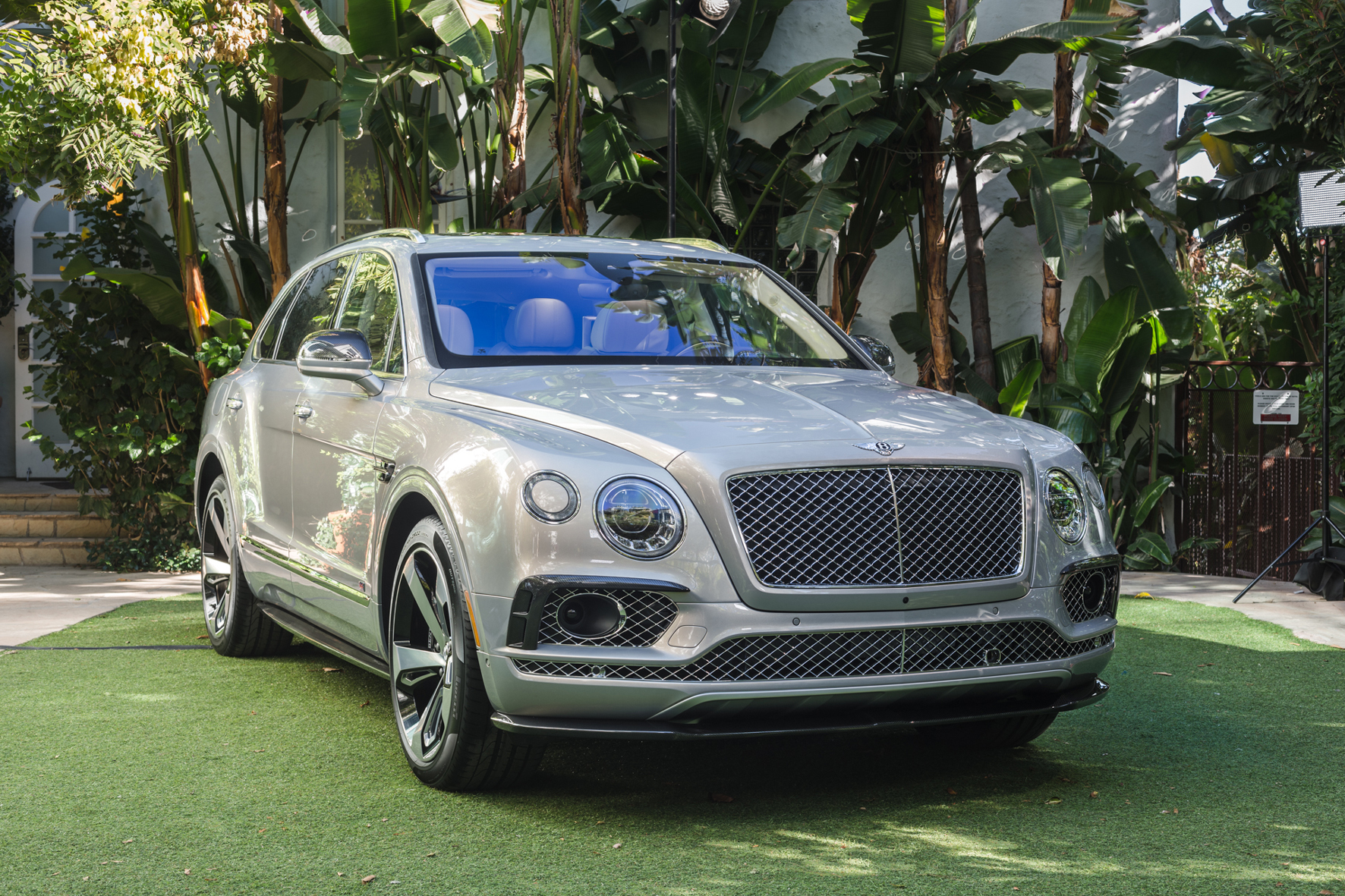 mid Düsseldorf - Vor-Premiere: Bevor Bentleys erstes SUV offiziell in den Markt startet, legt die britische Nobelmarke zunächst die auf 608 Exemplare limitierte First Edition des Bentayga auf.