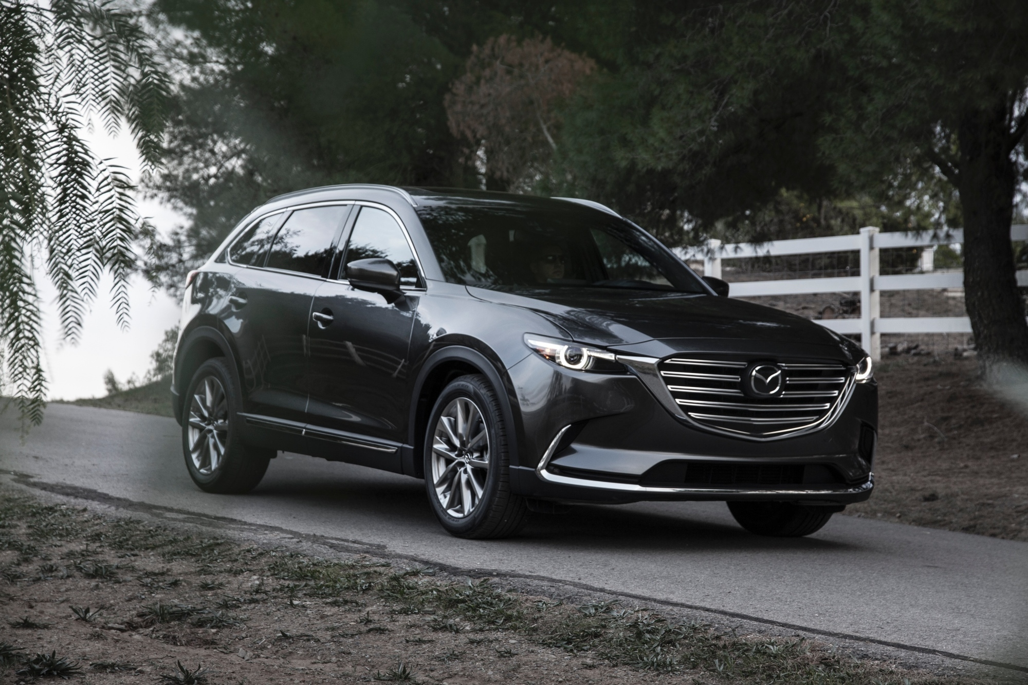 """mid Düsseldorf - Kurswechsel: Nachdem Mazda in den vergangenen Jahren gegen den Trend zur Turboaufladung bei Benzinern geschwommen ist, bringen nun auch die Japaner einen Ottomotor mit """"Extra-Druck"""" in seinem SUV-Flaggschiff CX-9."""