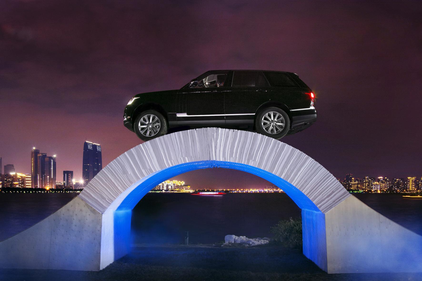 mid Düsseldorf - Leichte Übung: Der Range-Rover ist durch seine Bauweise und den Einsatz von Aluminium so leicht, dass er sogar über eine Brücke aus Papier fahren kann.
