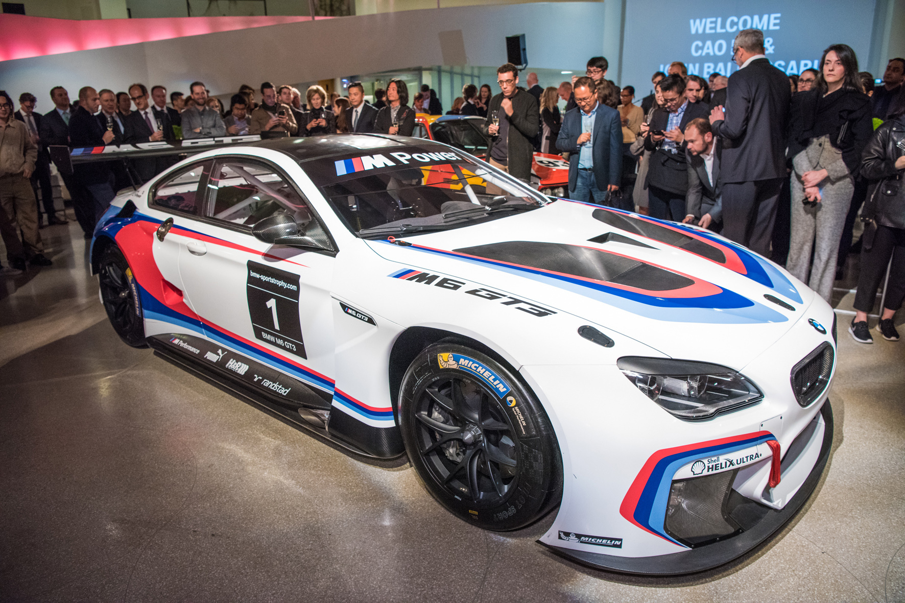 """mid New York - Kunst am Rennwagen: BMW lässt seit nunmehr vier Jahrzehnten Fahrzeuge von berühmten Künstlern in """"Art Cars"""" verwandeln. Das 18. Exemplar entsteht auf Basis des neuen M6 GT3."""