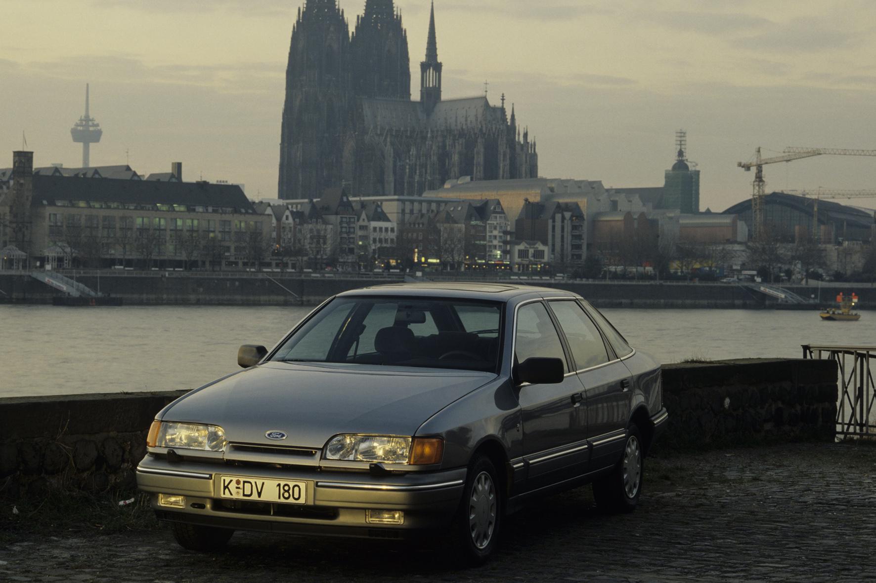 mid Düsseldorf - Trendsetter aus Köln: Mit der Einführung des Scorpio macht Ford 1985 zwei bedeutende technische Neuerungen fit für den Massenmarkt: das elektronische ABS und beheizbare Frontscheibe.
