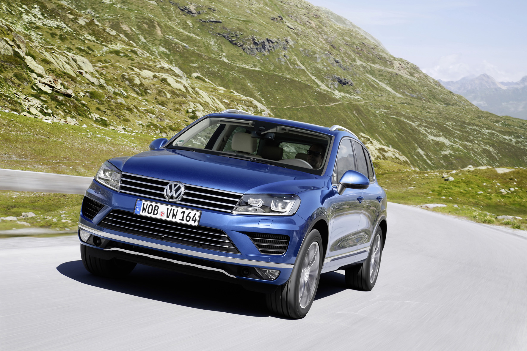 mid Düsseldorf - Der VW Touareg tritt nach der Modellpflege nur noch mit einem V6-Diesel als einziger Motorisierung gegen BMW X5 un Co. an.