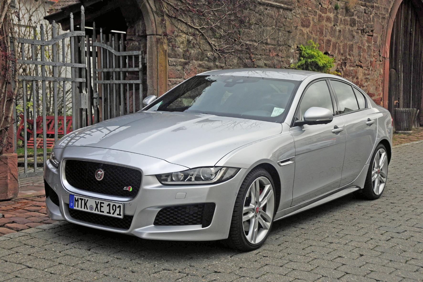 mid Düsseldorf - Der Jaguar XE S soll den deutschen Platzhirschen in der Mittelklasse Marktanteile abjagen.