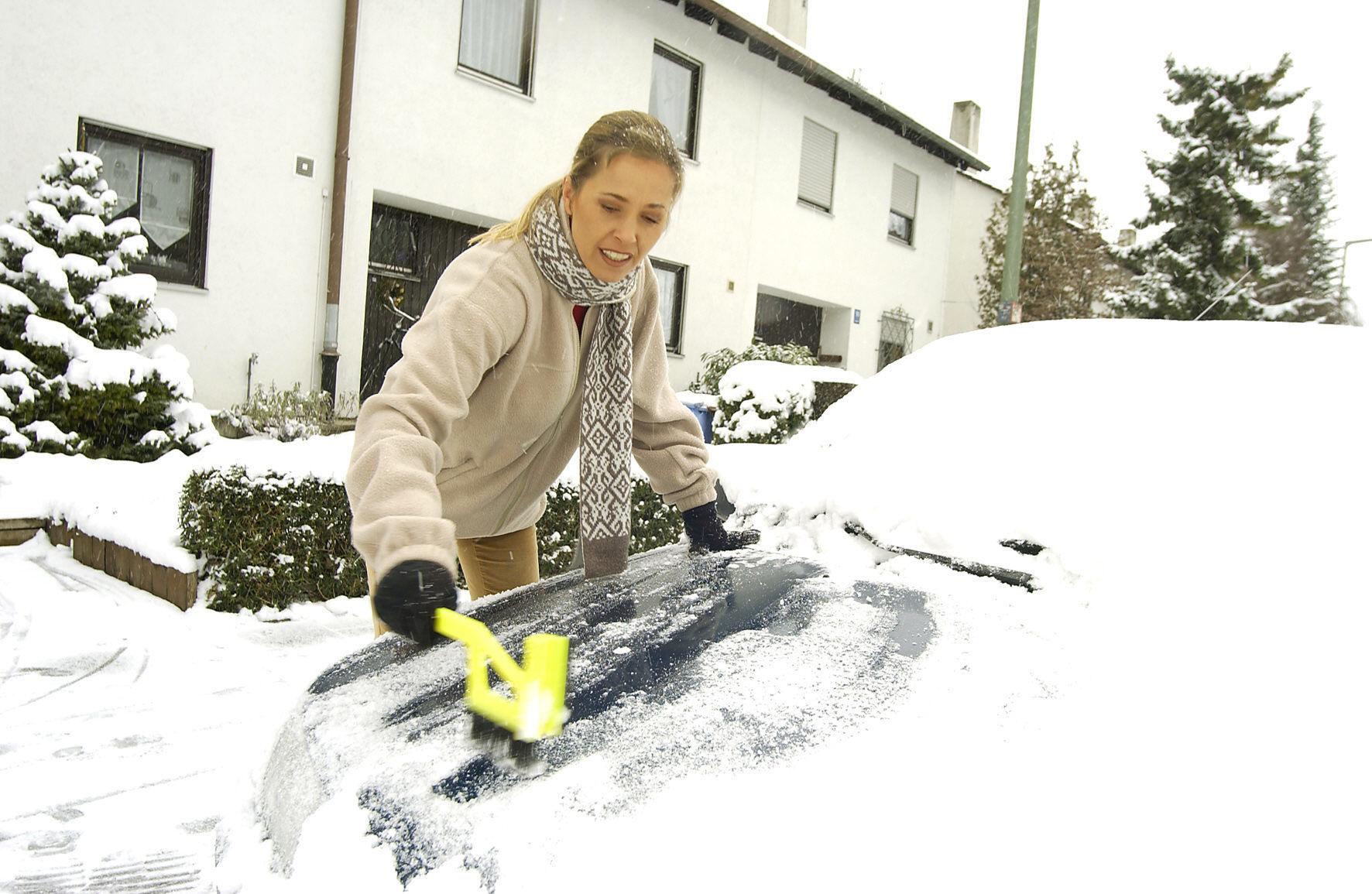 mid München - Autofahrer müssen im Winter das komplette Fahrzeug vom Schnee befreien, nicht nur die Scheiben.