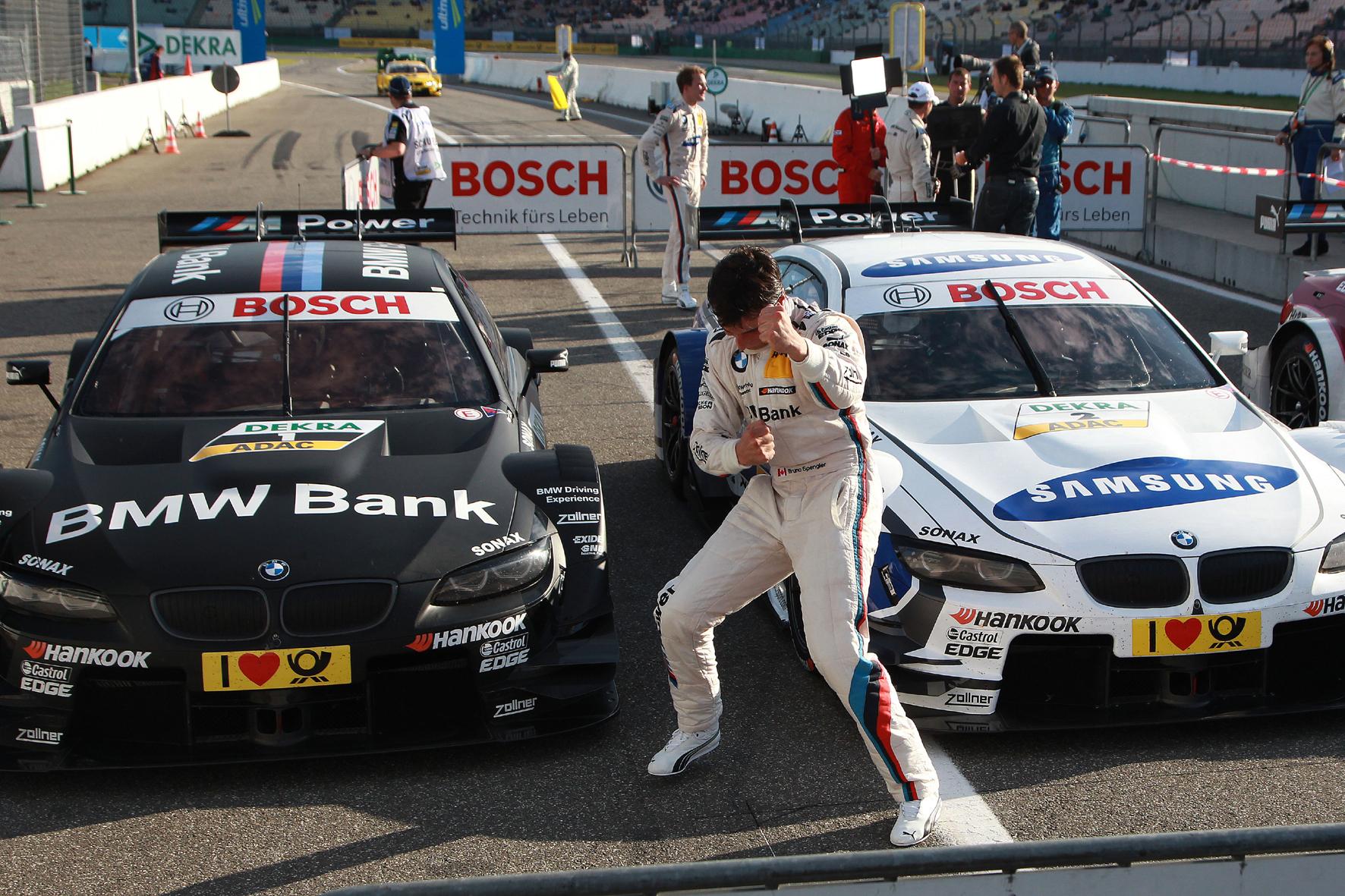 mid Düsseldorf - Bruno Spengler ist so etwas wie der Rockstar im Fahrer-Team von BMW. Mit dieser Luftgitarren-Einlage feierte der Kanadier die Pole Position beim DTM Rennen in Hockenheim.