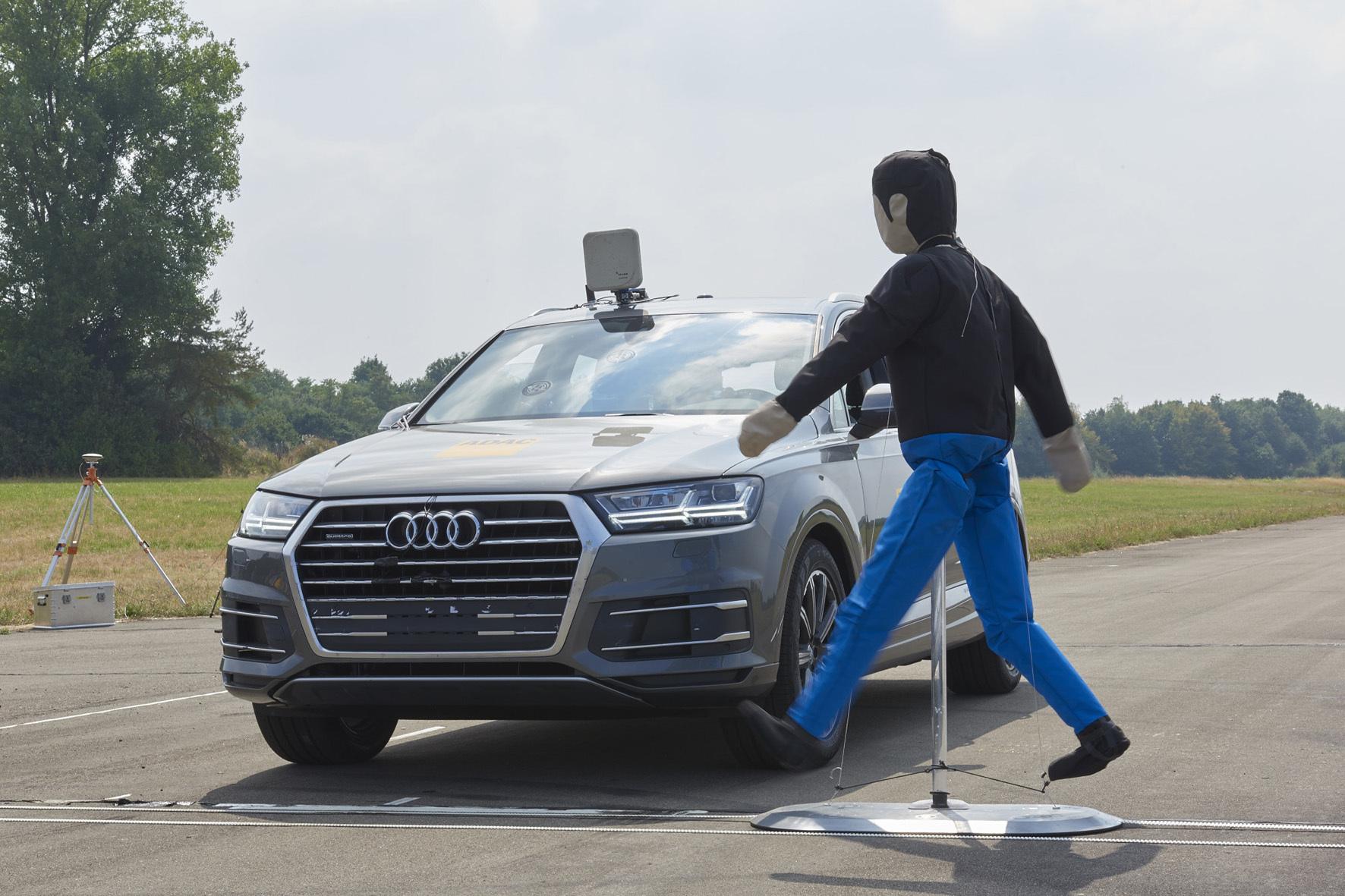 mid Düsseldorf - In einem neuen Test für Pkw mit Notbrems-Assistent lässt der ADAC einen Dummy die Fahrbahn überqueren, um die Personenerkennung zu überprüfen.