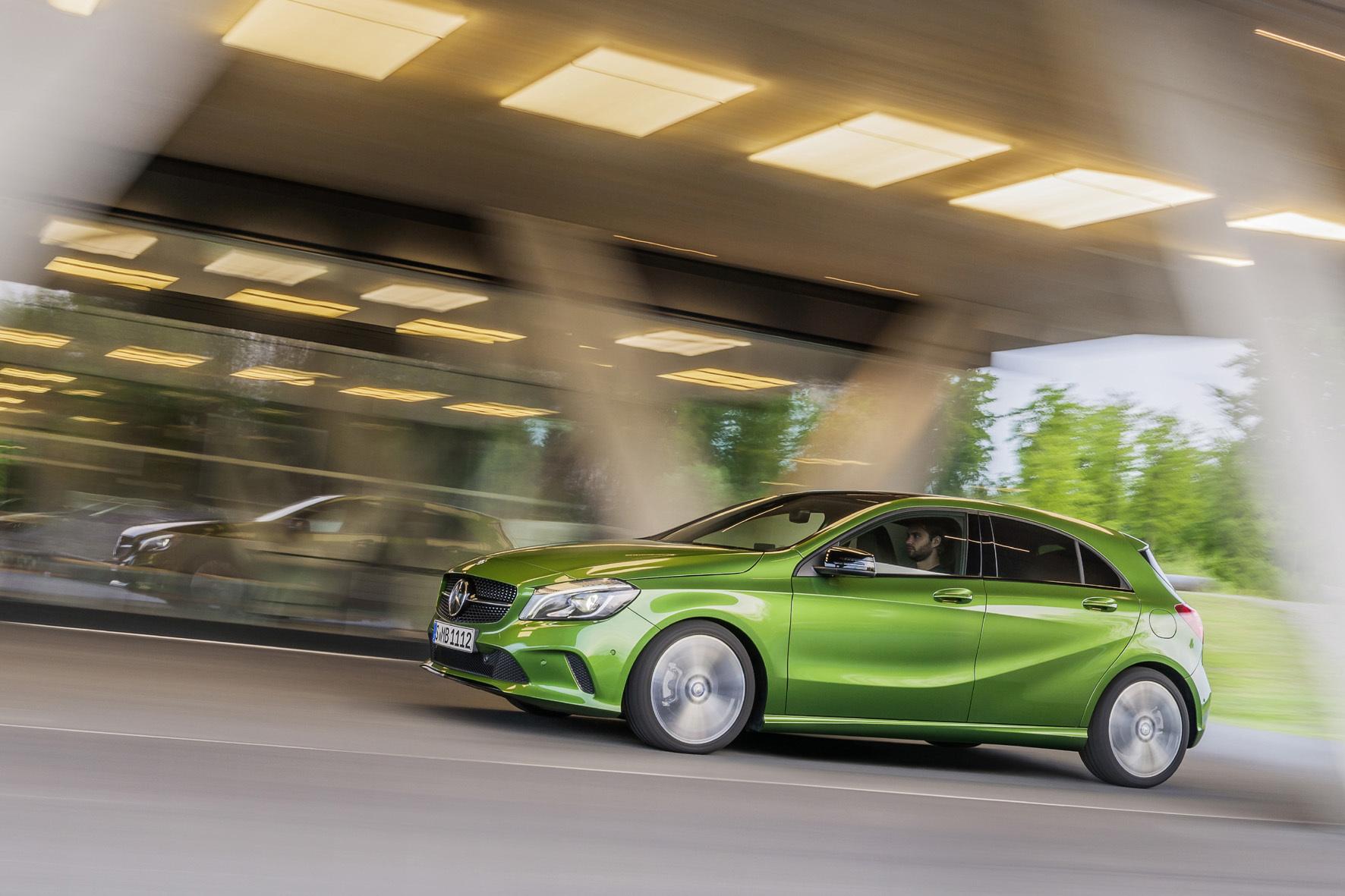 mid Düsseldorf - Mit der Garantie-Versicherung der neuen Mercedes-Benz Versicherung fahren Besitzer eines Mercedes-Benz Pkw oder Smart bis zu zehn Jahre sorgenfrei.
