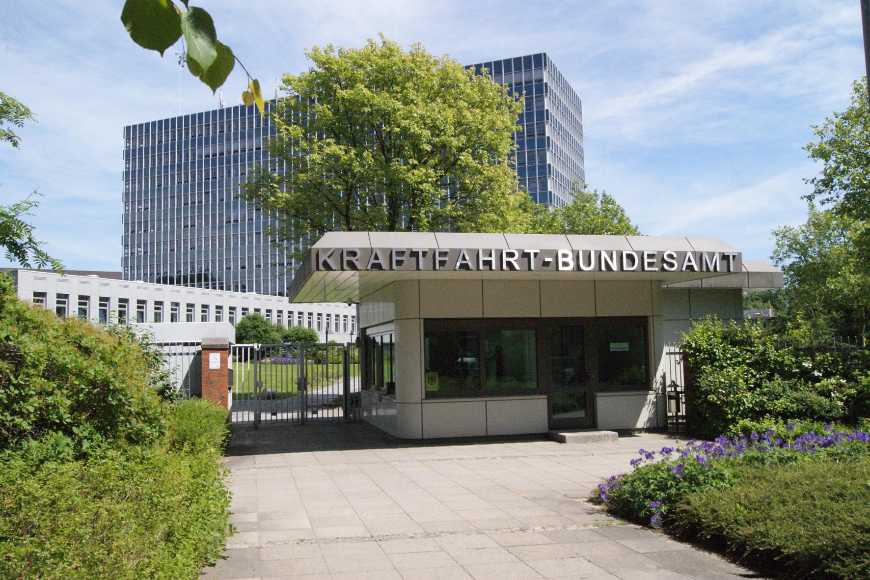 mid Düsseldorf - Das Kraftfahrt-Bundesamt hat die Maßnahmen von VW zur Umrüstung der von der Abgas-Affäre betroffenen Fahrzeuge abgesegnet.