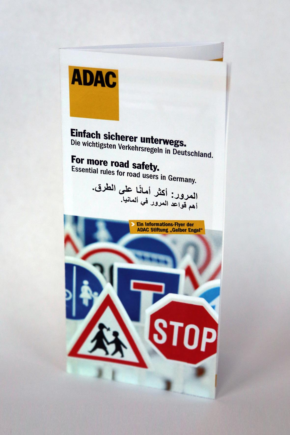 """mid Düsseldorf - Ein Flyer der ADAC-Stiftung """"Gelber Engel"""" soll Flüchtlingen in Deutschland die hiesigen Verkehrsregeln leicht verständlich anhand von Bildsprache näher bringen."""