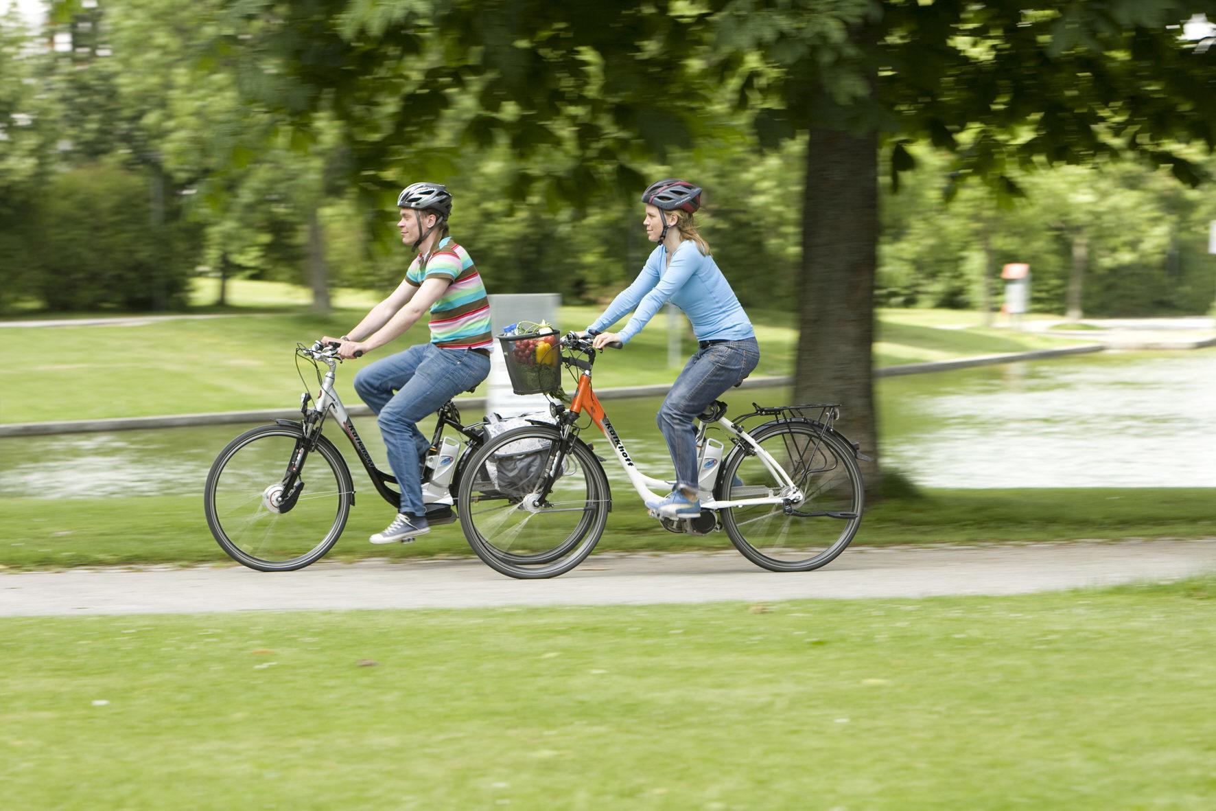 mid Düsseldorf - Durch Radschnellwege sollen mehr Menschen zum Umstieg vom Auto aufs Fahrrad bewegt werden. Der erste überregionale Radschnellweg in Deutschland entsteht derzeit im Ruhrgebiet, das erste Teilstück ist jetzt für Radler frei.