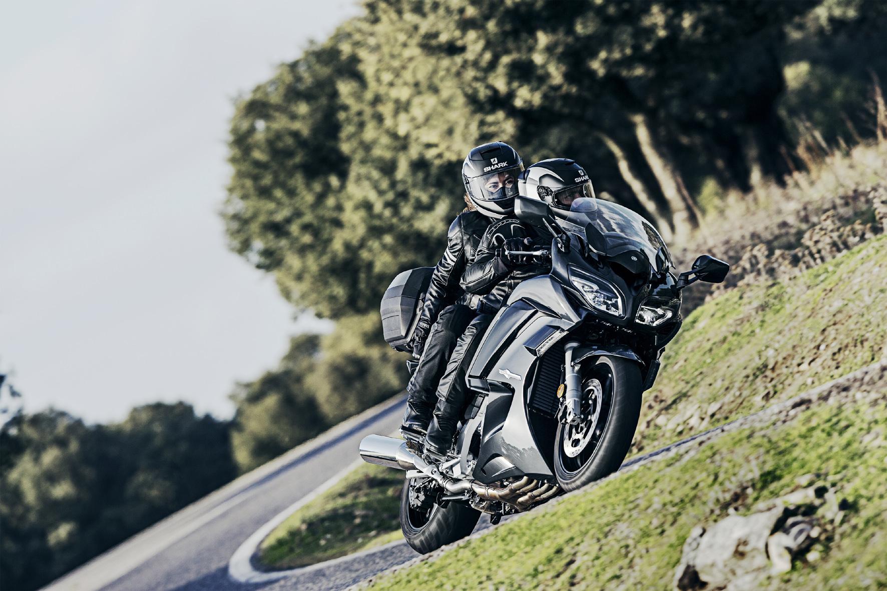 mid Neuss - Yamaha überarbeitet sein Touring-Bike FJR 1300 und verspricht mehr Dynamik und besseren Komfort. Komplett neu ist das Sechsgang-Getriebe.