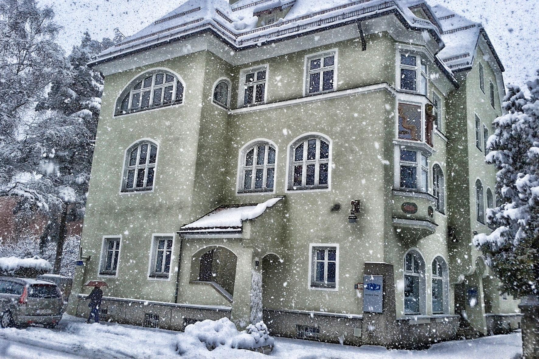 mid Düsseldorf - Wenn im Winter der Schnee leise rieselt, müssen Hausbesitzer und Mieter die Schaufel in die Hand nehmen und den Gehweg räumen.