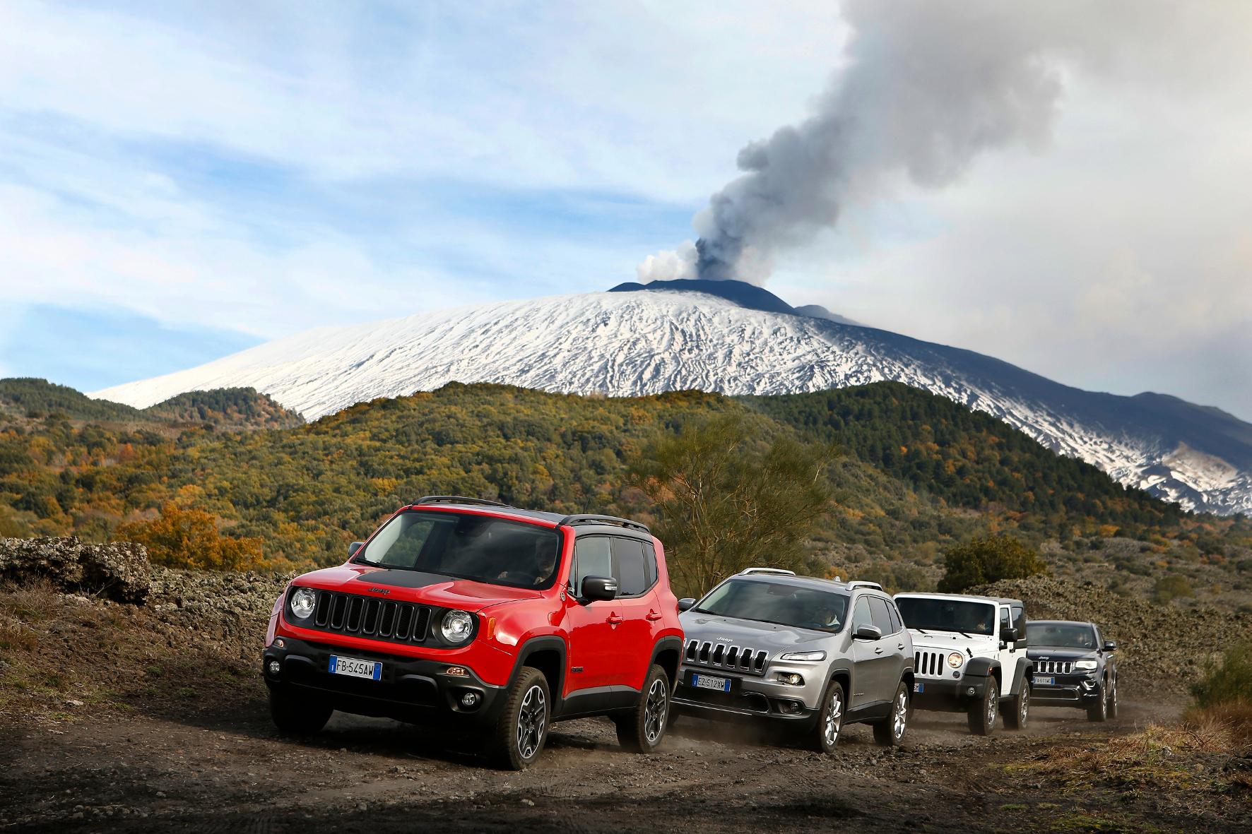 mid Sizilien - Klassentreffen der besonderen Art: Am Fuße des Ätna zeigen die verschiedenen Jeep-Modelle, was sie im Gelände drauf haben.