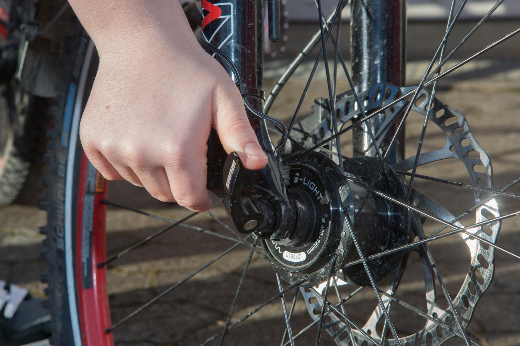 mid Groß-Gerau - 17 Radhersteller starten eine Rückrufaktion wegen eines Schnellspanners, durch den das Vorderrad während der Fahrt schlagartig blockieren kann.