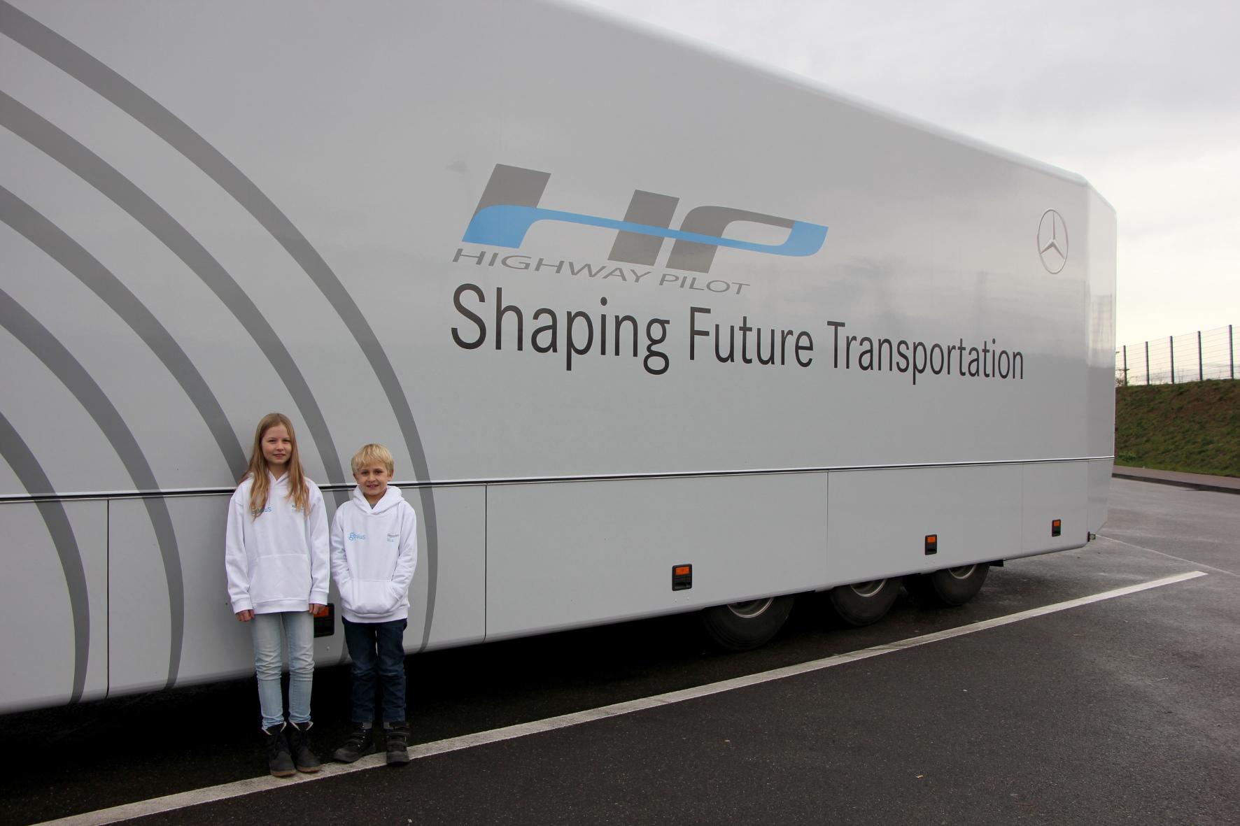 mid Groß-Gerau - Die Kinder-Reporter Emma Reinke (11) und Nick Hoffmann (10) lernen schon in jungen Jahren, wie selbst fahrende Fahrzeuge funktionieren. In einem autonom fahrenden Mercedes-Benz Actros wird die Mobilität ihrer Zukunft erlebbar.