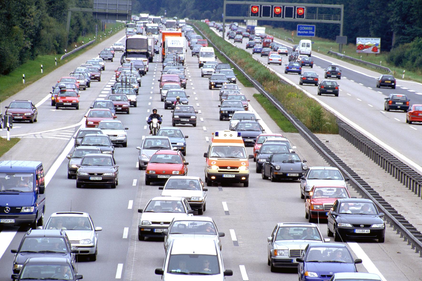 mid Groß-Gerau - Zu Weihnachten wird es wieder voll auf deutschen Autobahnen. Das große Verkehrs-Chaos zum Fest wird 2015 allerdings voraussichtlich ausbleiben.