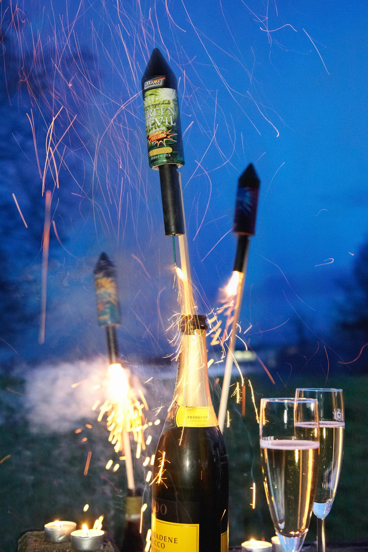 mid Groß-Gerau - An Silvester verschossene Böller und Raketen können Brand- und Schmauchspuren auf dem Lack von Autos und Dellen im Blech hinterlassen oder gar Scheiben zum Bersten bringen.