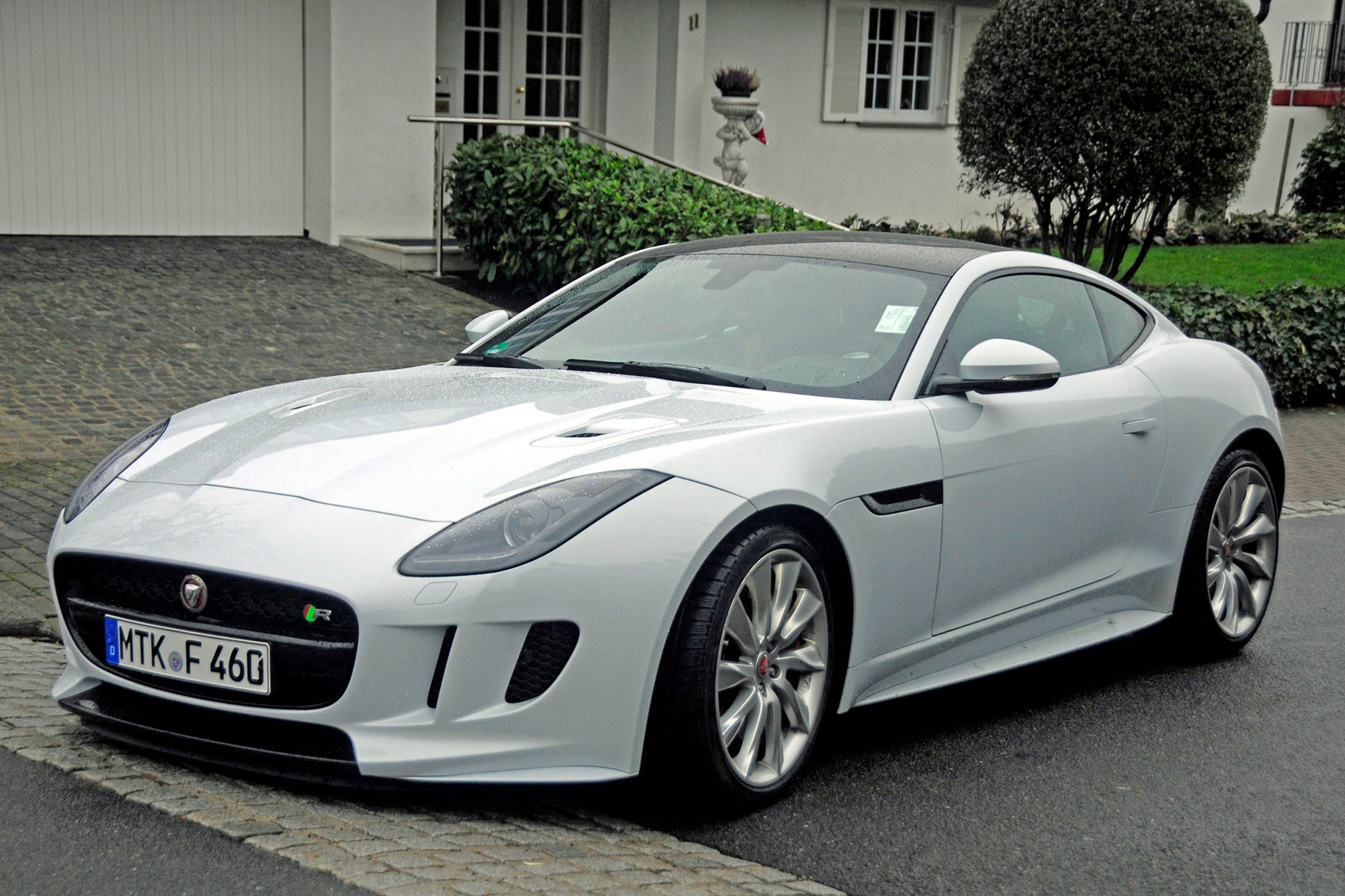 mid Groß-Gerau - Reinrassiger Sportler im eleganten Gewand: Die Top-Variante des Jaguar F-Type mit 550 PS und Allradantrieb ist trotz immenser Leistungsreserven jederzeit gut kontrollierbar.