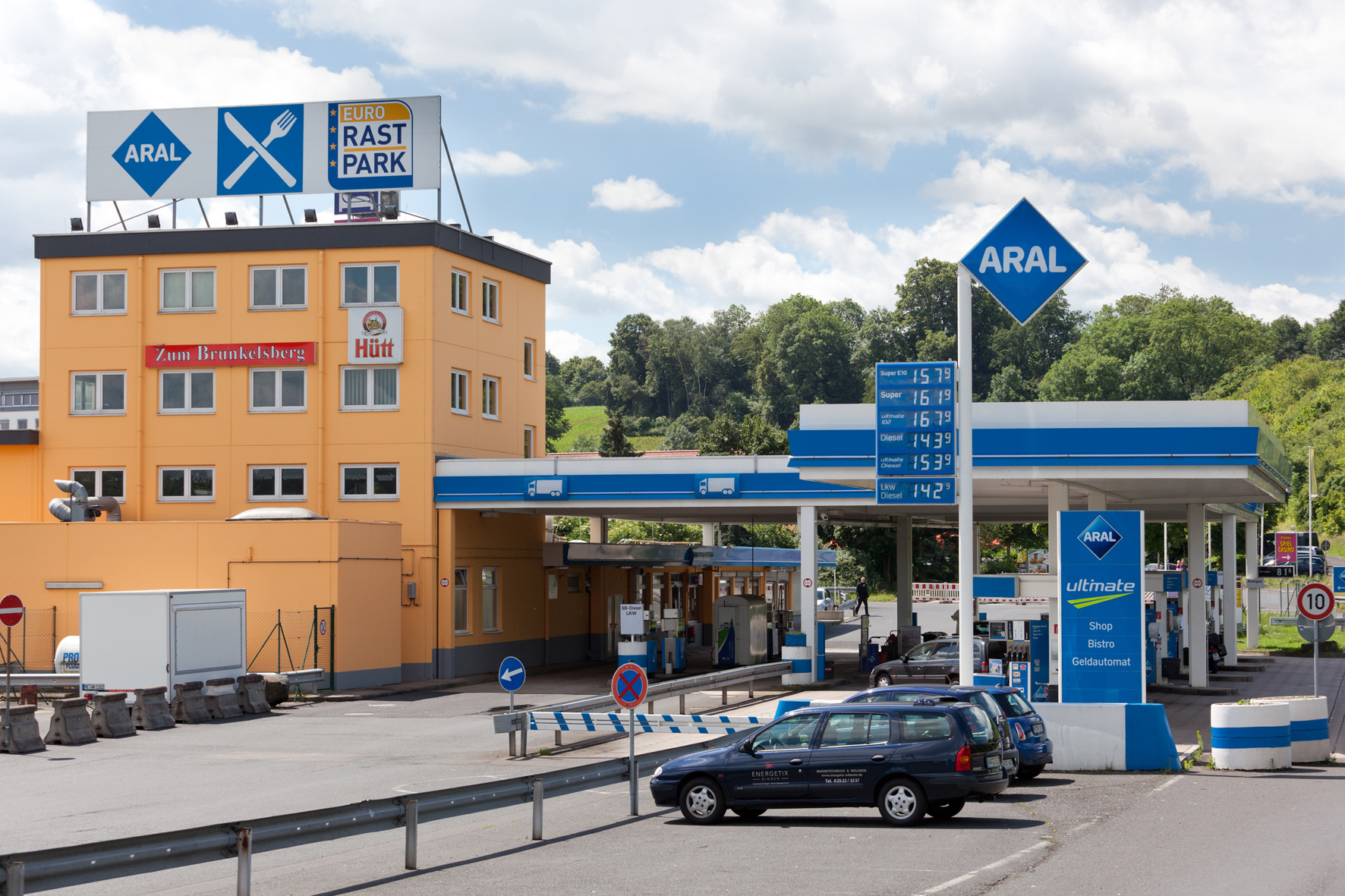 mid Groß-Gerau - Vor dem Alpen-Aufstieg nochmal voll tanken? Das kommt auf das Reiseziel an. Österreich-Urlauber tanken hinter der Grenze meist günstiger. Geht es in die Schweiz, sollte der Tank bereits vor dem Vignetten-Kauf voll sein.
