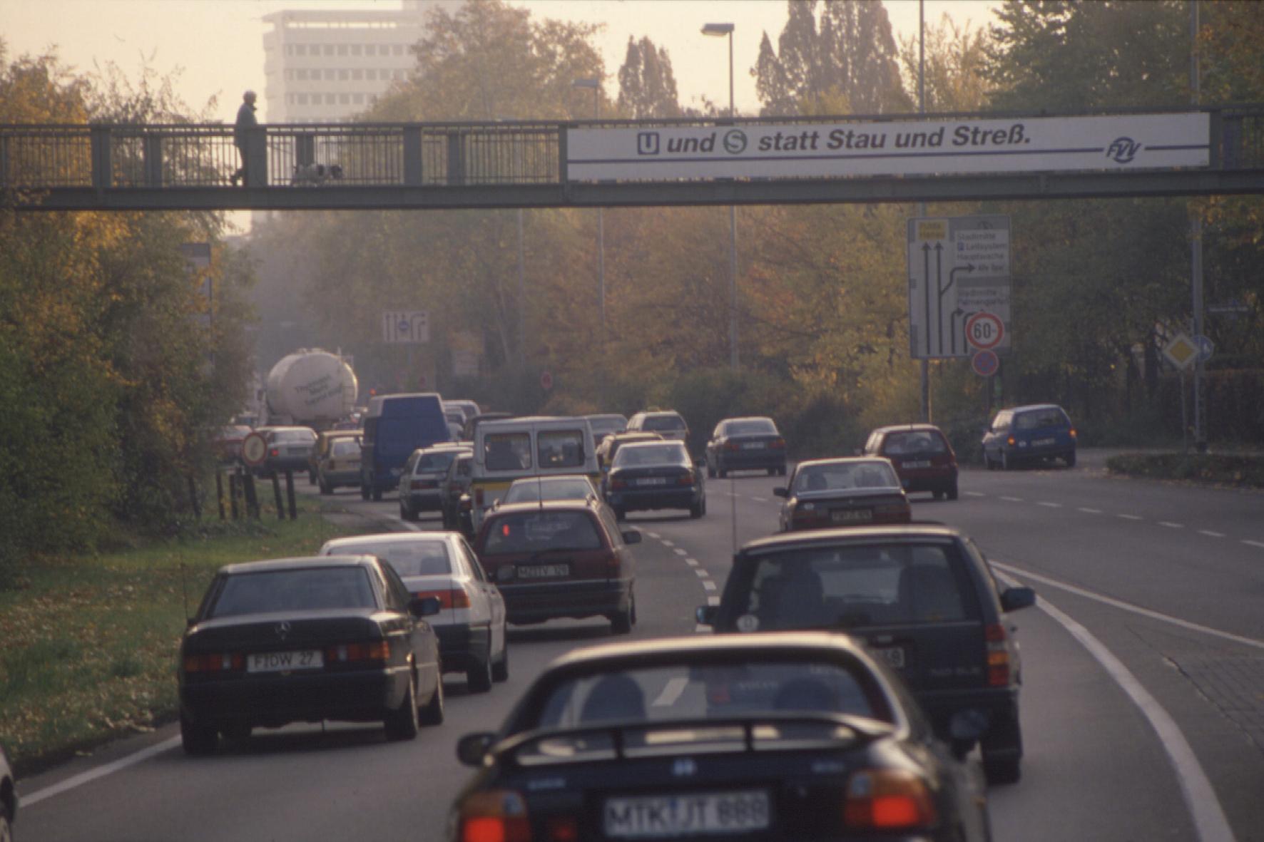 mid Groß-Gerau - Ein sehr kleiner Anteil der Autos ist für fast die Hälfte der Stickstoff-Emissionen verantwortlich. Herausgefunden haben das Forscher der Universität Heidelberg, die ein neues Messgerät entwickelt und gebaut haben.