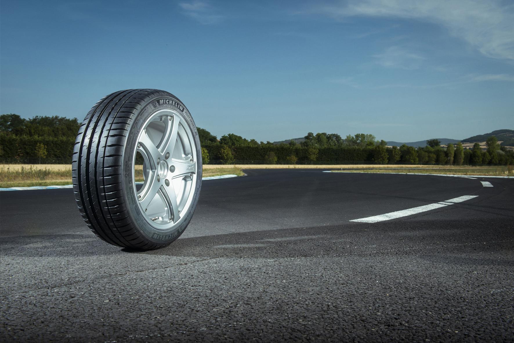 mid Köln - Reifenhersteller nutzen Erkenntnisse aus dem Motorsport, um seine sportlich orientierten Straßenreifen zu verbessern. So auch Michelin beim neuen Pilot Sport 4.